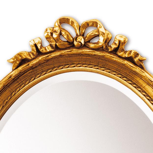 Detail van strik op ovale spiegel